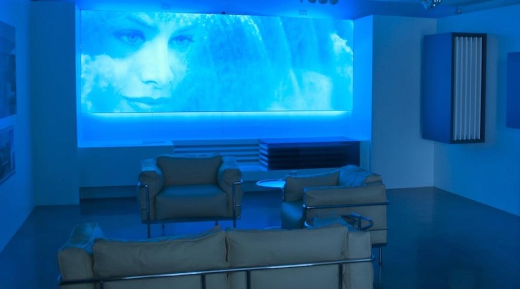 videoproiezione sincronizzata con le luci in uno show room